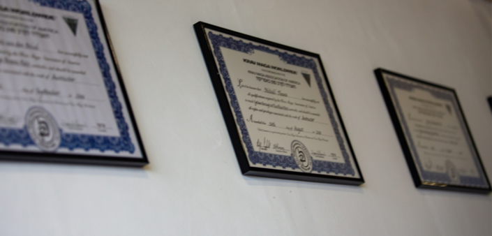 Instructeur diploma's aan de muur